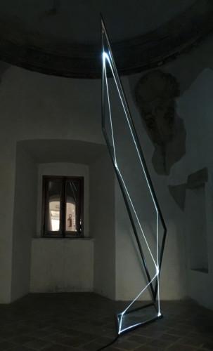 """<span class=""""nome_artista"""">Carlo Bernardini<p class=""""nome_opera"""">La materia è il vuoto </p><p class=""""info_opera"""">acciaio inox e fibra ottica 2012 - cm 250x140x459 </p></span>"""