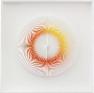 """<span class=""""nome_artista"""">Alberto Biasi <p class=""""nome_opera"""">DINAMICA CON VIVIDEZZA</p><p class=""""info_opera"""">acrilico e pvc su tavola<br>2008, diametro cm 35</p></span>"""