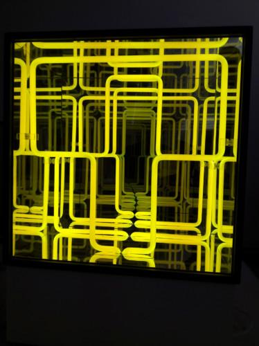 """<span class=""""nome_artista"""">Paolo Scirpa<p class=""""nome_opera"""">Espansione+traslazione</p><p class=""""info_opera"""">Legno+neon gialli+specchi - 2009, 39,4x39,4x26,4 cm + 14 cm base</p></span>"""