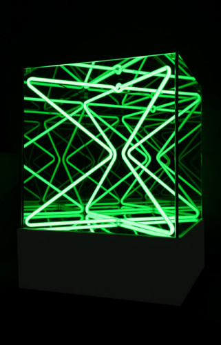 """<span class=""""nome_artista"""">Paolo Scirpa<p class=""""nome_opera"""">Cubo multispaziale</p><p class=""""info_opera"""">Legno+neon verde+specchi - 1988, 39x39x39 cm + base 14 cm</p></span>"""
