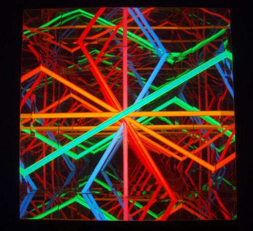 """<span class=""""nome_artista"""">Paolo Scirpa<p class=""""nome_opera"""">Ludoscopio. Convergenza+divergenza cromospaziali</p><p class=""""info_opera"""">Legno+acciaio inox+neon colorati+specchi - 1987, 50x55x55 cm</p></span>"""