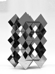 "<span class=""nome_artista"">Francisco Sobrino<p class=""nome_opera""> ST</p><p class=""info_opera"">scultura a struttura mutabile<br>1970, cm 43 x 32 x 29</p></span>"
