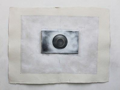 """<span class=""""nome_artista"""">Paolo Radi<p class=""""nome_opera"""">Custode della soglia </p><p class=""""info_opera""""> Pastello, PVC, metallo e cartone su stratificazioni cartacee<br>2016, cm 103x137 </p></span>"""